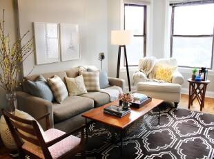 现代风格客厅,充足的自然光让室内瞬间变得亮堂,也让主人精心挑选的深色茶几和地毯不至于太过暗淡。,客厅,现代,灯具,白色,原木色,黑白,