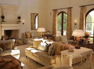 欧式风格客厅,这个宽敞的客厅为容纳更多人而做足准备,不仅设计了多面落地窗让视野更加开阔,而且还利用墙上的镜子扩大空间感。此外,素雅的沙发还提升了整体的格调和品位。,客厅,窗帘,灯具,墙面,欧式,黄色,白色,