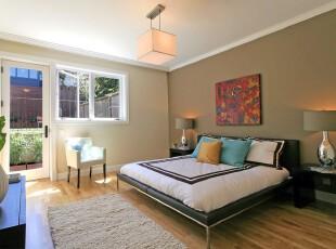 简约风格的卧室,由于增加了小阳台的设计,卧室显得格外的明亮宽敞。,卧室,简约,灯具,墙面,黑白,白色,原木色,