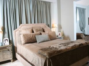 现代主义卧室,有一种内敛的奢华。,卧室,现代,窗帘,黄色,蓝色,白色,