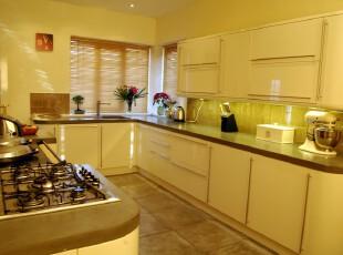 现代简约类型的厨房,看着这样柔和的色调,心里都是暖暖的。,厨房,现代,简约,窗帘,墙面,黄色,