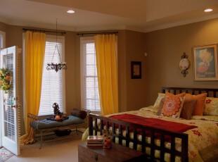 这个现代风格卧室有些仿古,不仅有中式的床,而且还挑选了复古的灯饰和茶几,这样的中西结合、现代传统的共存另有一番特色。,卧室,中式,窗帘,灯具,黄色,