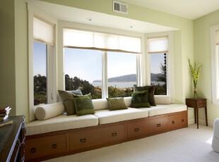 现代简约风格飘窗,素雅的装饰搭配大型窗户让室内更加明亮,显得温馨宁静。,现代,简约,飘窗,窗帘,白色,绿色,原木色,春色,