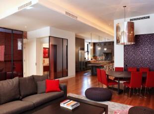 这是一个开放式的居室,单纯由家具分隔空间,过道也没有明显的界限,但整个房间并不显得杂乱,反倒错落有致。,过道,宜家,灯具,墙面,原木色,黑白,