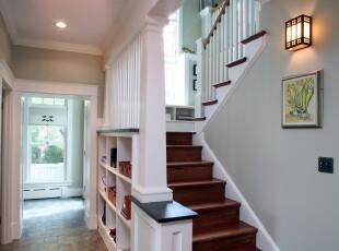 原木楼梯与白色墙面的搭配给人典雅,洁净的印象。,楼梯,宜家,收纳,灯具,墙面,过道,春色,绿色,白色,原木色,