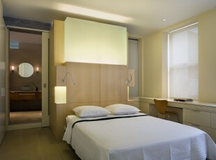 极具简约风格的卧室,主打白色、原木色调,素净又整洁。,卧室,简约,现代,白色,原木色,黄色,灯具,