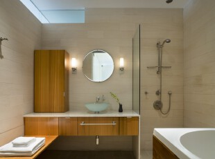 简约风格的卫生间,每一个摆设都将功能发挥到极致,不掺杂多余的家具和部件,格外整洁干净。,卫生间,简约,现代,灯具,墙面,白色,原木色,黄色,