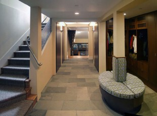 整个过道铺上了仿石砖的地毯,搭配欧式的墙柱,走在上面仿佛进入了时光隧道。,过道,欧式,墙面,灯具,收纳,原木色,黄色,蓝色,