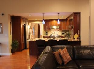现代风格厨房,开放式设计使整个空间更觉宽敞。,厨房,现代,灯具,吧台,原木色,白色,