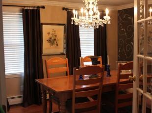 欧式小餐厅,黑色的花纹墙面和原木餐桌在洁白的欧式吊灯照射下显得十分柔和。,餐厅,餐台,欧式,窗帘,灯具,墙面,原木色,黄色,黑白,