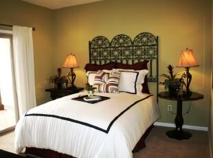 欧式简约风格的卧室,简洁大方。,卧室,欧式,简约,灯具,窗帘,黑白,白色,绿色,