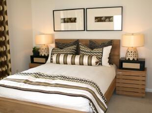 现代简约式卧室,在素净的环境中增添多处连环圆形花纹装饰,倒多了一份典雅的韵味。,卧室,现代,简约,宜家,灯具,窗帘,黑白,原木色,