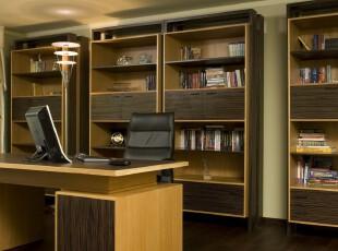 图书馆式的现代风格书房,仿照图书馆将多个书柜整齐摆放,提供了强大的书籍收纳能力,同时使用原木色调营造出一种浓郁的读书氛围。,书房,现代,简约,工作台,收纳,灯具,原木色,