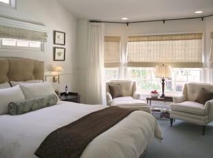 简约宜家的卧室设计,纯白和浅黄的配搭有一种素净、清淡的格调。,卧室,现代,简约,窗帘,灯具,相片墙,飘窗,白色,黄色,