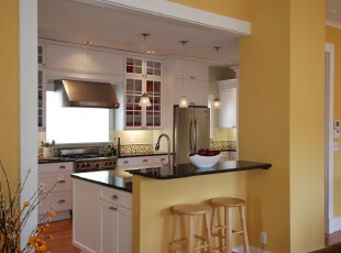 现代风格厨房,纯白洁净的厨房被淡黄色渲染出一种暖秋的意境。,厨房,现代,宜家,吧台,灯具,墙面,黄色,白色,
