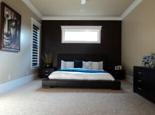 黑色系简约主义卧室,强烈的黑白对比凸显出高贵的格调。,卧室,现代,简约,黑白,墙面,地台,窗帘,