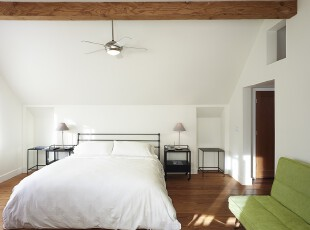 简约主义的阁楼卧室,简洁大方的设计,使阁楼的小空间更觉宽敞。原木地板和绿色沙发也为小阁楼增添了自然气息。,卧室,阁楼,现代,简约,灯具,白色,黑白,原木色,