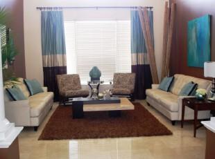 这个富有热带风情的客厅包含了基本的热带元素:蔚蓝色的海洋、银色的沙滩、翠绿的棕榈树。设计师还特意挑选了几截树干应景。,客厅,窗帘,墙面,蓝色,白色,原木色,