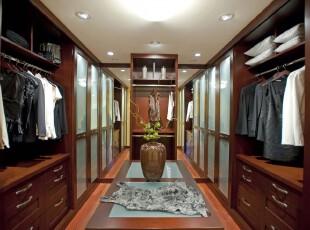 现代风格的豪华衣帽间,整齐对称的格局加上原木色的渲染,显得分外大气。,衣帽间,现代,收纳,原木色,