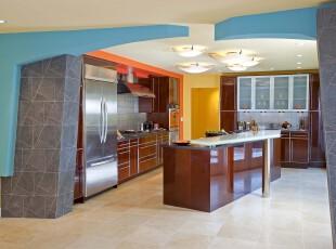 简约风格的开放式厨房,不规则拱门的设计十分独特。,厨房,现代,简约,蓝色,原木色,白色,黄色,灯具,吧台,墙面,