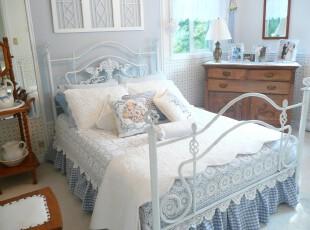 新古典主义卧室,在明亮的卧室中放置蓝白色的公主床,非常有浪漫情调,而古朴的原木家具却透露出怀旧的情怀,这两种风格的混搭是否能给你新奇的感受呢?,卧室,新古典,白色,原木色,蓝色,墙面,灯具,