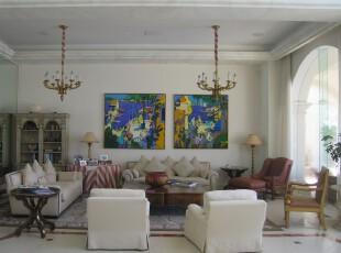 欧式风格客厅,高空间和大拱门设计使得客厅更显宽敞、明亮。,客厅,欧式,白色,黄色,蓝色,灯具,窗帘,