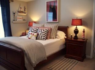 在中式的卧室里使用天蓝色窗帘和小巧的墙面装饰点出小资的生活情调。,卧室,中式,小资,白色,原木色,蓝色,红色,墙面,灯具,窗帘,