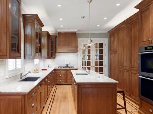 现代简约风格的厨房,整洁大方。,厨房,现代,简约,原木色,白色,墙面,灯具,收纳,吧台,