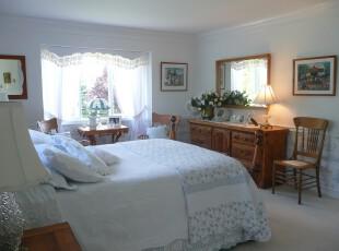 简约欧式卧室,强调白色的浪漫格调,摒弃所有华丽的颜色,仅仅使用原木这种暗色来衬托白色的圣洁。,欧式,卧室,白色,原木色,窗帘,灯具,