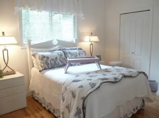 现代风格的卧室,偏爱白色的设计给人一种温馨的感觉。,卧室,现代,白色,灯具,窗帘,