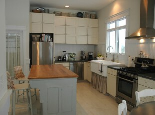 现代宜家厨房,选用白色调让厨房显得干净整洁,从小窗口进来的阳光更是照亮了整个空间。,厨房,现代,宜家,餐厅,餐台,收纳,白色,原木色,