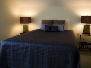 这是追求极简主义的卧室设计。,卧室,简约,现代,灯具,蓝色,