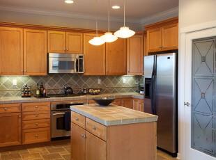 欧式厨房,采用原木制作家具,自然简洁。墙面和地板富有线条美,以提升生活的品质感。,厨房,欧式,宜家,原木色,白色,灯具,墙面,