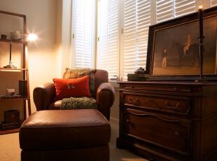 新古典风格休息室,原木家具让小小的空间倍感宁静。,新古典,原木色,灯具,