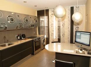 现代单身主义厨房,即便只有一个人居住,也要讲究精致布局。黑白着色能渲染出优雅的小资情调,精心搭配的壁纸也显示出主人的时尚品味。,厨房,现代,黑白,黄色,灯具,工作台,餐台,餐厅,