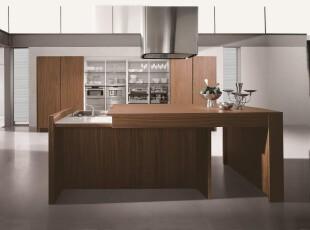 现代简约式厨房,精简的家具给人简练、实用的印象。,厨房,吧台,现代,简约,原木色,白色,收纳,