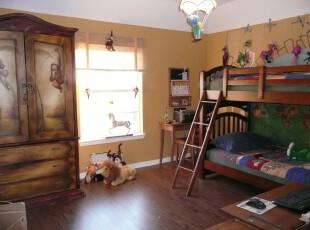 原木打造的儿童房,给孩子营造出森林童话的遐想空间。,儿童房,原木色,黄色,收纳,墙面,