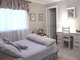 现代素雅卧室,主打浅色,让人觉得恬静舒适。,卧室,现代,窗帘,墙面,白色,蓝色,