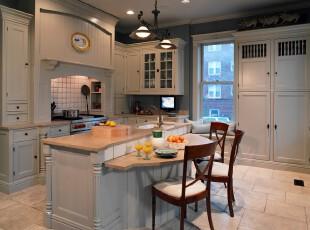 简欧风格的厨房,高空间配合黑白主色调,将高贵大气展现得淋漓尽致。,厨房,欧式,简约,白色,黑白,灯具,墙面,收纳,餐厅,餐台,
