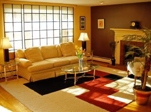 日式欧式混搭的小客厅,窗户仿照日式推拉门设计,带来充足光照的同时也与格子地毯相呼应。室内主打简欧风格,极简的装饰给人简洁大方的感受,同时又保留了欧式风格的高雅。,客厅,日式,欧式,墙面,灯具,黄色,黑白,红色,