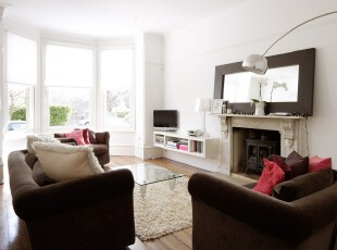 现代风格的客厅,明媚的阳光透过飘窗照射进来,经过白色墙面的反射让空间更显明亮,也减少了深色家具给人的沉闷感。,客厅,现代,白色,黑白,原木色,灯具,飘窗,收纳,