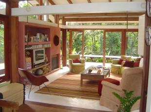 热带风情的开放式客厅,窗外绿意盎然的庭院和室内原木气息浓郁的客厅巧妙地融合在一起,仿佛在森林中漫步一般。,客厅,墙面,收纳,原木色,白色,