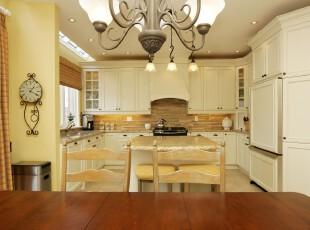 简约欧式厨房,典雅大方。,厨房,简约,欧式,白色,黑白,原木色,吧台,灯具,墙面,