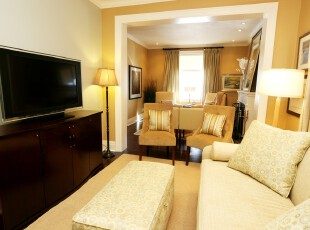 现代简约风格客厅,小小的空间采用简约设计才能保证其整洁,不杂乱。,客厅,现代,简约,白色,黄色,原木色,灯具,