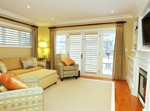 现代风格的客厅,简洁,舒适。,客厅,现代,宜家,白色,黄色,窗帘,灯具,