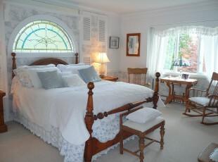 新古典风格卧室,欧式教堂墙面设计独具特色,白色将卧室渲染出一种圣洁的氛围,几件古朴的家具即可增强古典的韵味。,卧室,新古典,墙面,灯具,窗帘,白色,原木色,