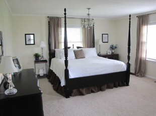 现代简约风格卧室,卸去多余的色彩装饰,将对比强烈的黑白色家具组合在一起,既简单又大气。,卧室,现代,简约,黑白,白色,窗帘,灯具,