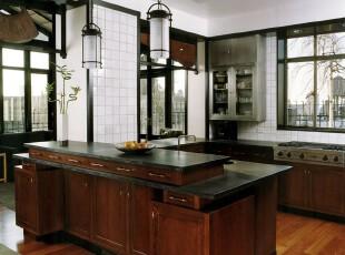 现代风格厨房,深色的原木橱柜和黑白配的墙面灯具装饰衬托出一种含蓄的高雅。,厨房,现代,原木色,黑白,白色,吧台,墙面,灯具,