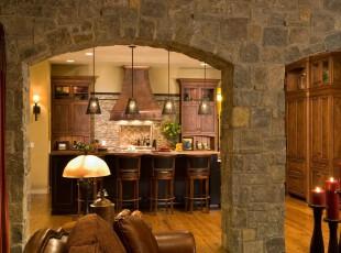 古典的欧式厨房,石拱门、复古橱柜、蜡烛这些显眼的西欧元素为空间带来了古朴的气息。,厨房,欧式,墙面,灯具,吧台,原木色,黄色,