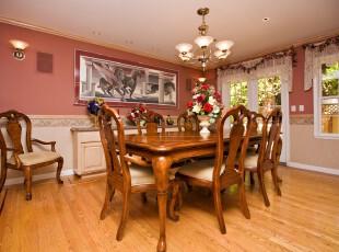 简约欧式风格餐厅,原木餐桌的古朴气息与粉色墙面装饰带来的小资情调融合在一起,喜欢混搭的人也许会选择这种设计。,餐厅,餐台,简约,欧式,原木色,粉色,白色,窗帘,灯具,墙面,